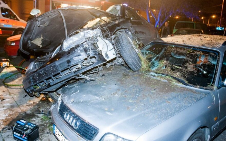 В Вильнюсе Saab влетел во двор и повис на автомобилe