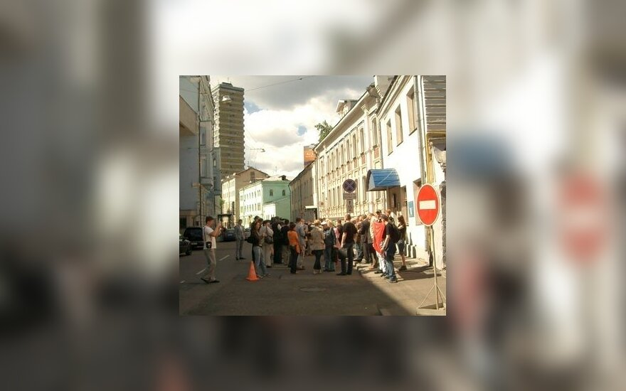 """Wiec przy litewskiej Ambasadzie w Moskwie: """"Toksycznymi produktami karmcie swoich panów"""""""