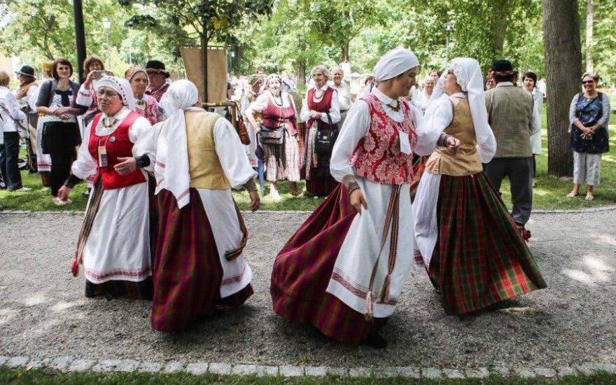 В День фольклора на Кафедральной площади раздали больше 300 буханок хлеба