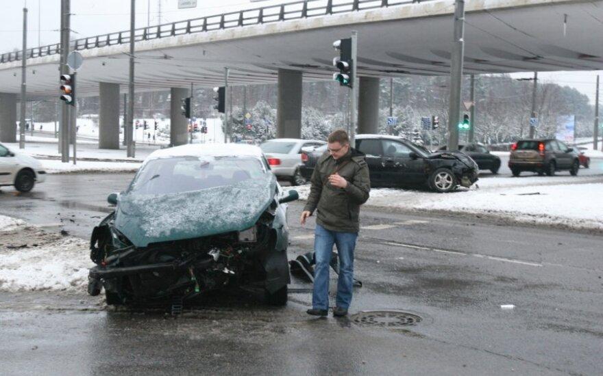 Зазевавшийся водитель побил на перекрестке три машины