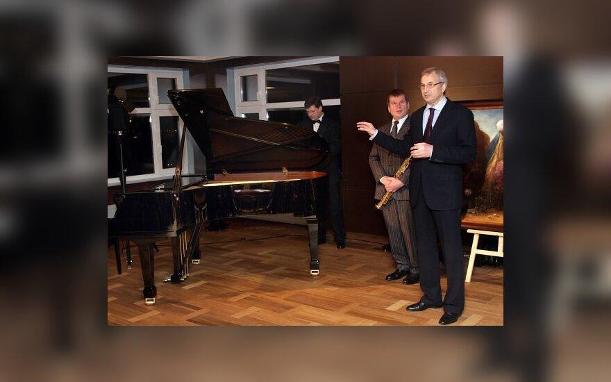 Посольству Литвы в Киеве подарили фортепиано