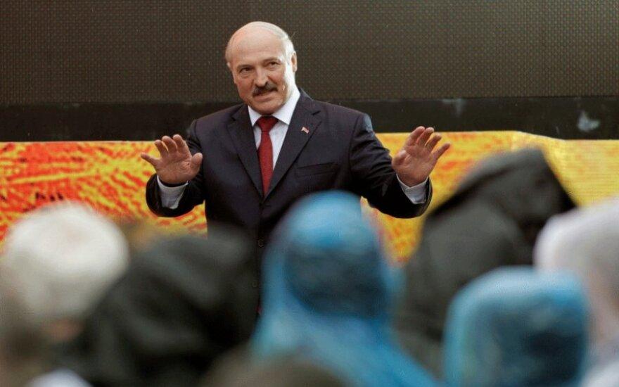 """Лукашенко призвал белорусов """"не жрать картошку с мясом"""" и напугал российскими танками"""