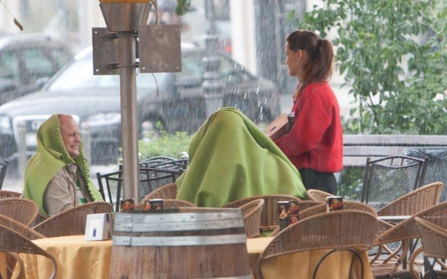 Ресторанам и кафе все труднее найти официантов на лето