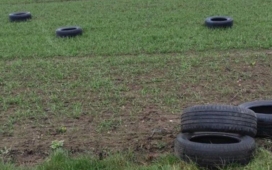 Неизвестные выбросили в поле в Кедайняйском районе старую резину