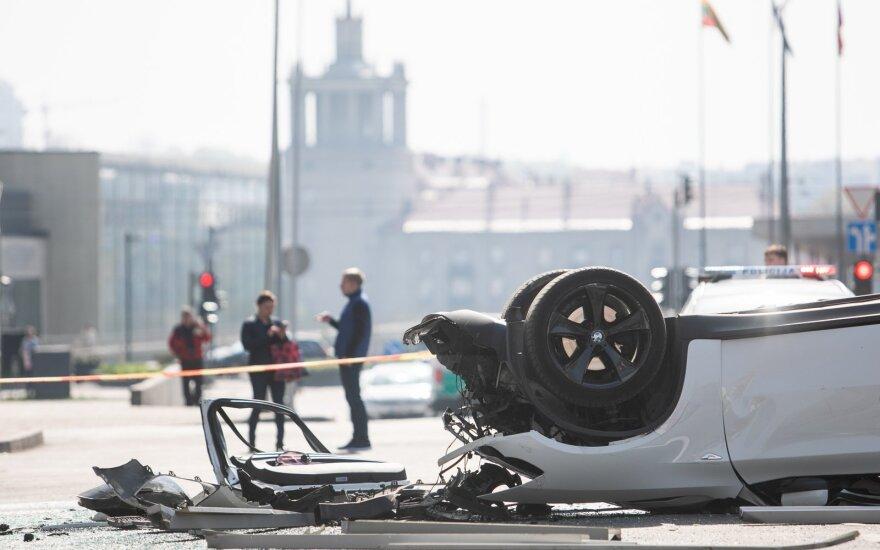 Женщина, которая с автомобилем выпала из многоэтажной стоянки в Вильнюсе, требует закрыть стоянку