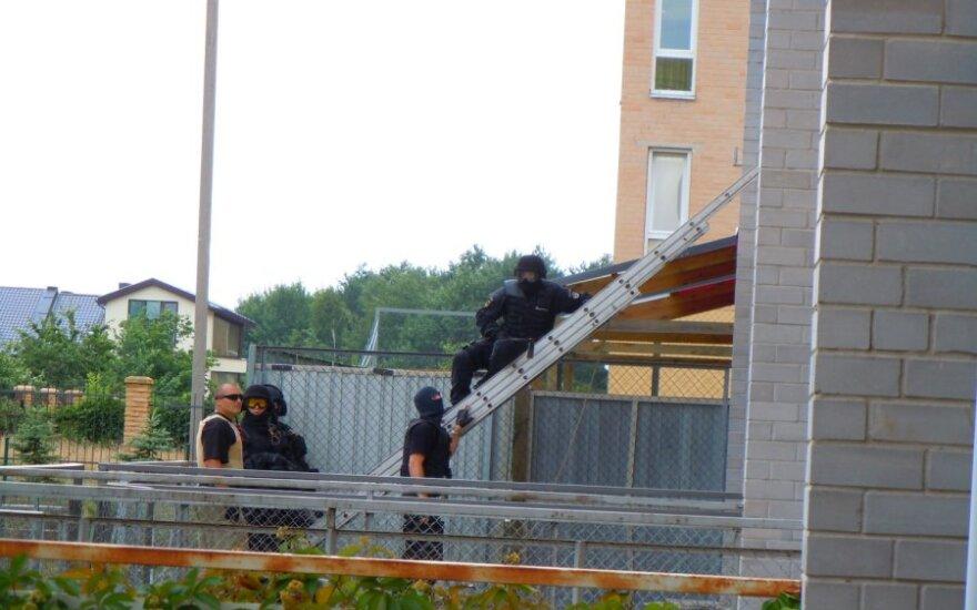 """""""Арас"""" штурмовал квартиру мужчины, угрожавшего взорвать Swedbank"""