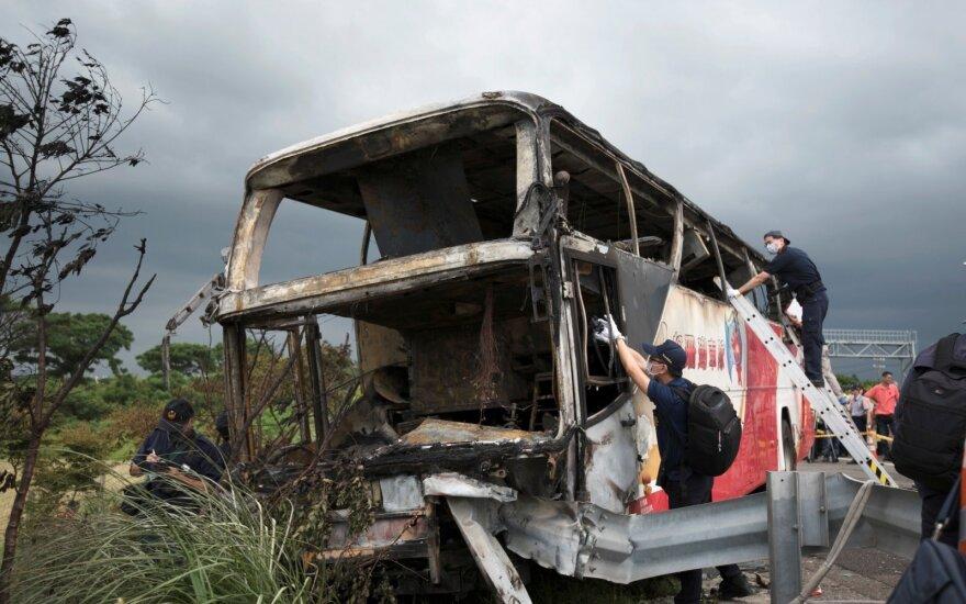На Тайване автобус с туристами врезался в отбойник: 26 погибших