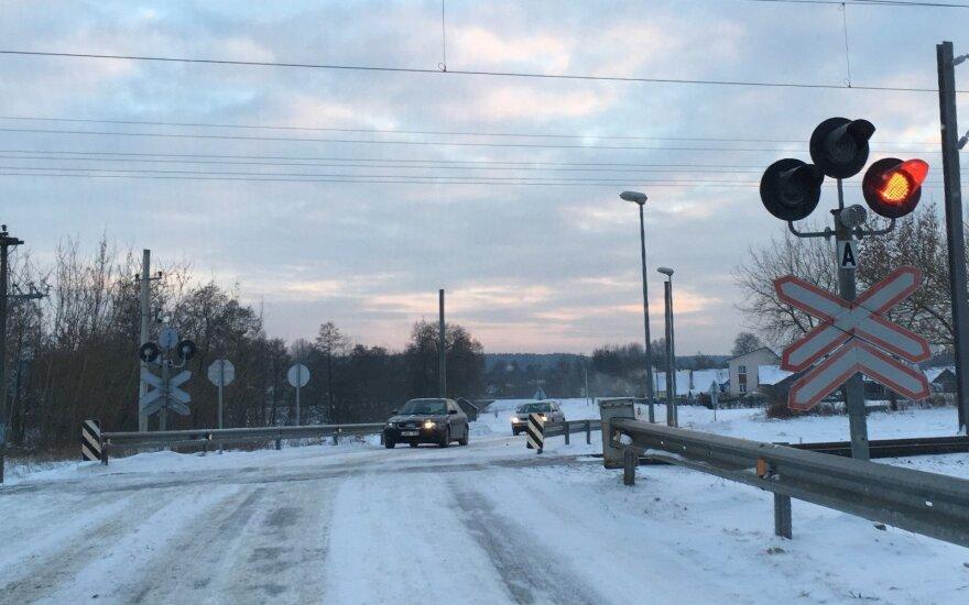 В Пильвишкяй автомобиль столкнулся с транзитным поездом