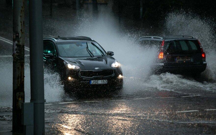 Мощный дождь смыл Вильнюс - затоплены улицы, повалены деревья, залит торговый центр