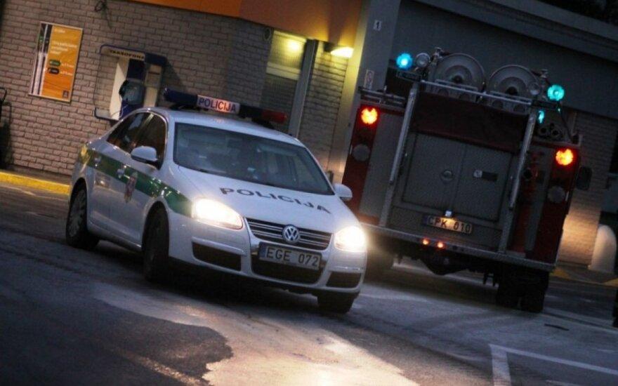 На окраине Вильнюса ночью сожгли дорогой Mercedes