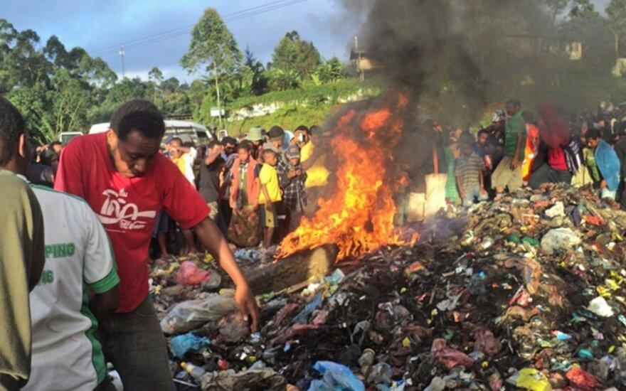 Papua Naujojoje Gvinėjoje dėl burtų gyva sudeginta moteris