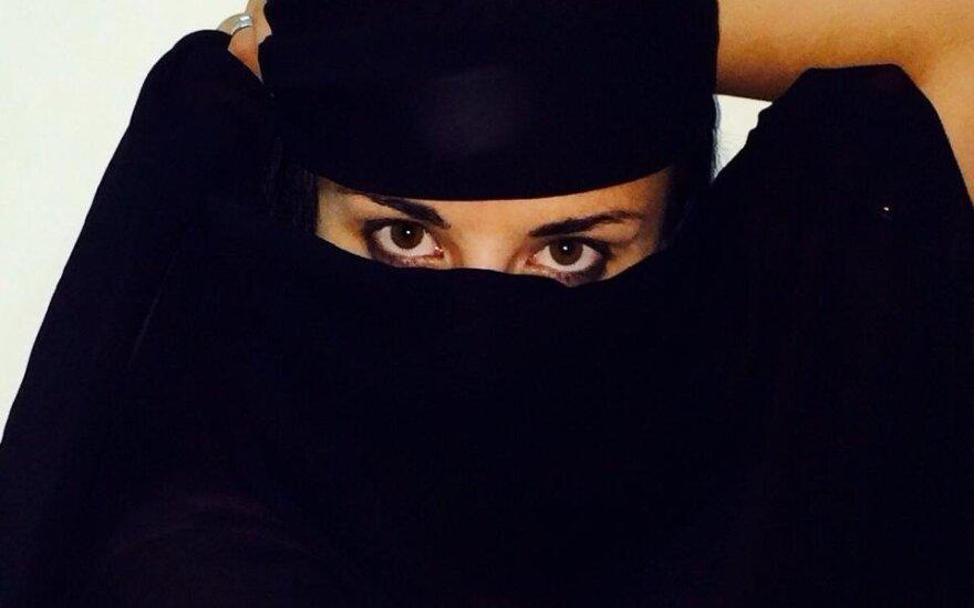 Житель Эмиратов впервые увидел жену без макияжа и подал на развод