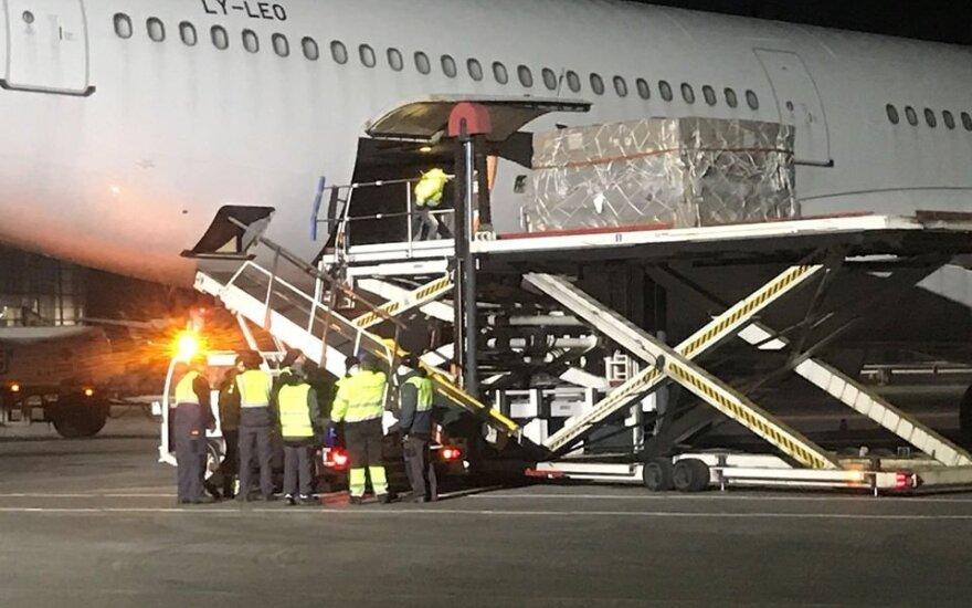 Литва пополняет запасы средств защиты: в Каунас доставлены 2000 ящиков