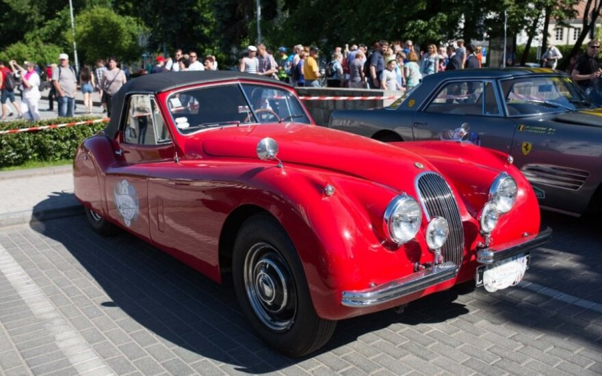 В центре Вильнюса – парад впечатляющих авто