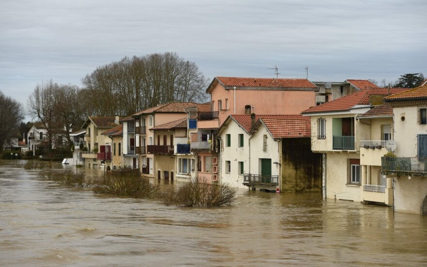 Во Франции десятки тысяч домов остались без электричества из-за непогоды