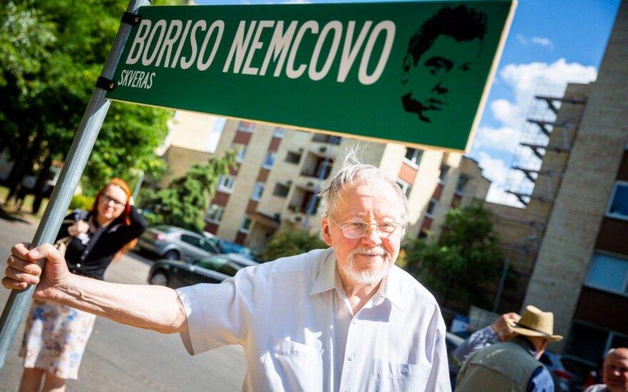В парке - праздник, у посольства РФ - память: в сквере Немцова напомнили о демократии
