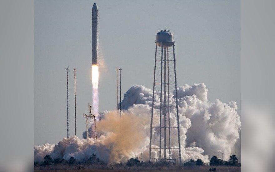 Lietuviškus palydovus nešanti raketa atsiplėšė nuo Žemės