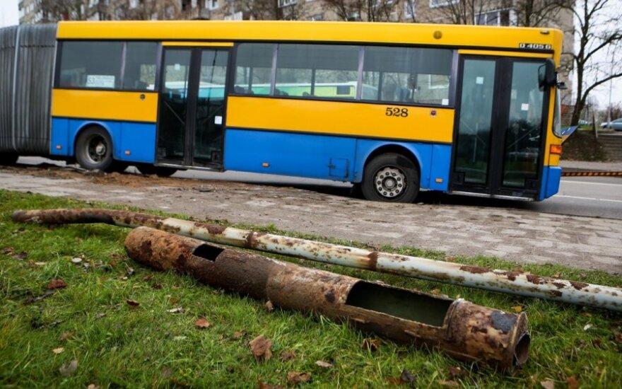 В Вильнюсе маршрутный автобус врезался в осветительный столб