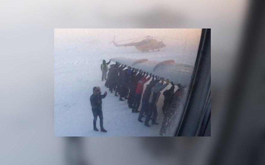 Россия: пассажирам пришлось толкать Ту-134, примерзший к взлетной полосе