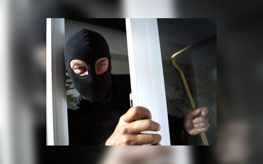В Пакруоисе грабители в масках ограбили охранников
