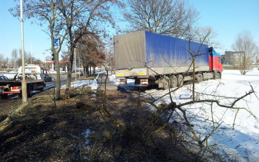 В Вильнюсе с дороги съехал тягач, у которого отказали тормоза