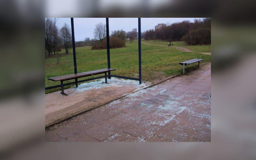 Разбитая остановка, фото Кирилла Атаманчика