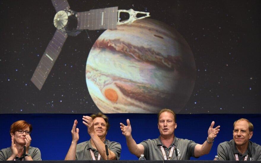 """Аппарат """"Юнона"""" через пять лет после запуска вышел на орбиту Юпитера"""