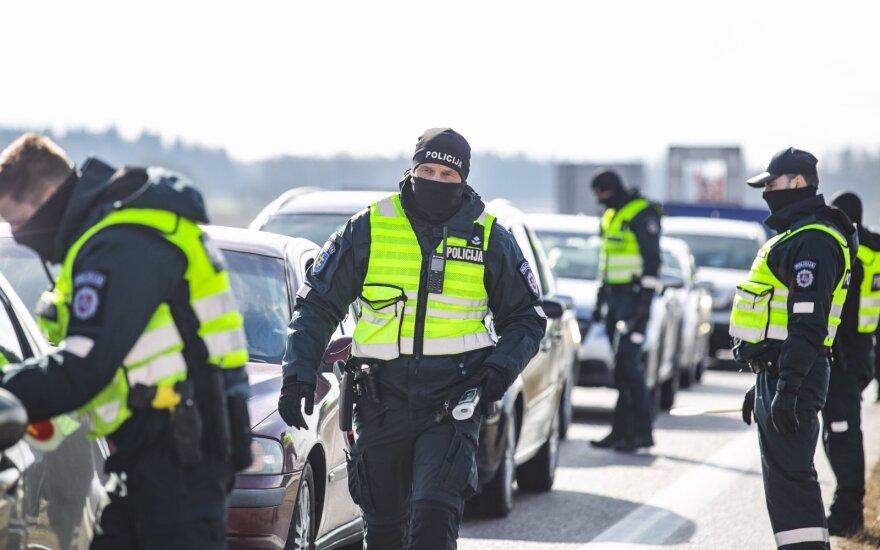 Фотограф Delfi побывал на блокпосту: полиция приготовила водителям неожиданный сюрприз