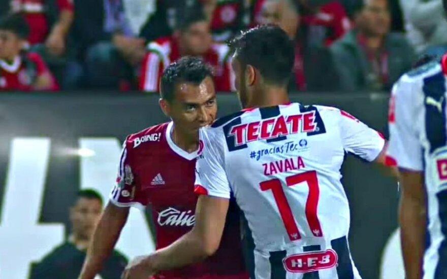 ВИДЕО: Самый популярный футболист мира-2012 повторил укус Суареса
