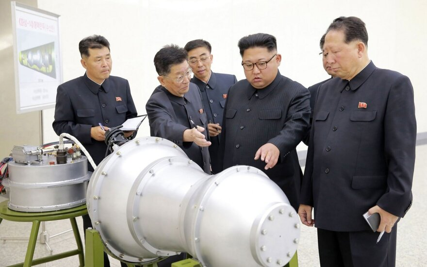 """Ким Чен Ын с """"ядерной боеголовкой"""": о чем нам говорит это фото"""