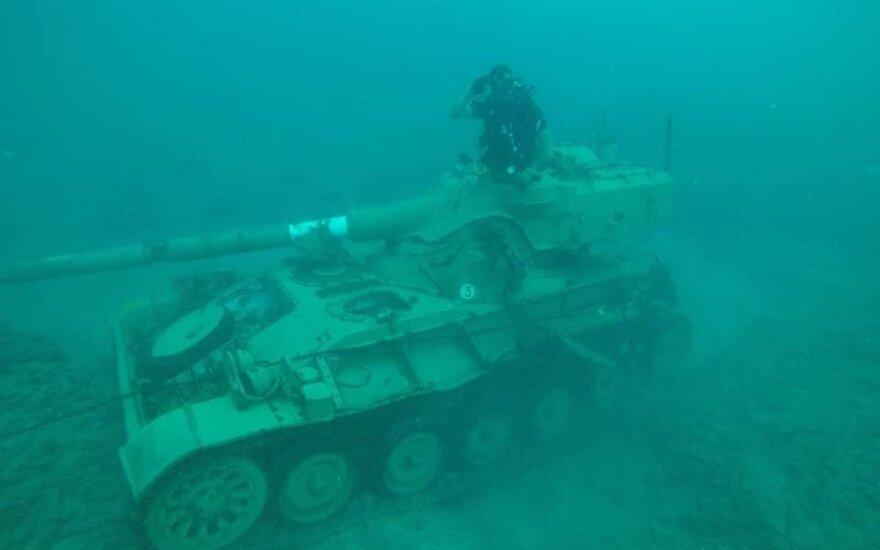 Ливанцы топят старые танки в Средиземном море