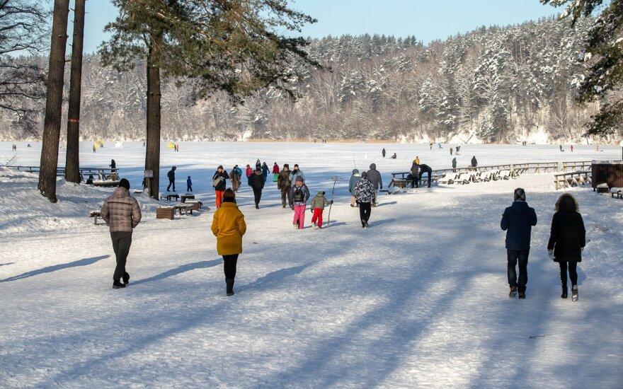 У Зеленых озер в Вильнюсе – наплыв людей: купаются, играют и устраивают пикники