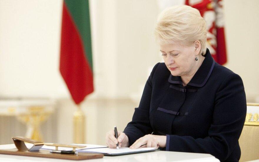 Dalia Grybauskaitė pasirašo dekretą