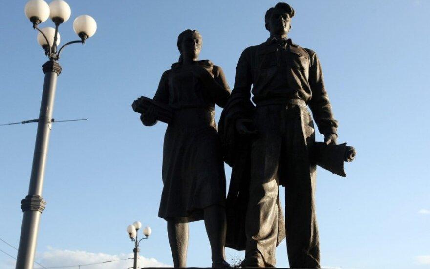 Ищут желающих реставрировать советские скульптуры на Зеленом мосту