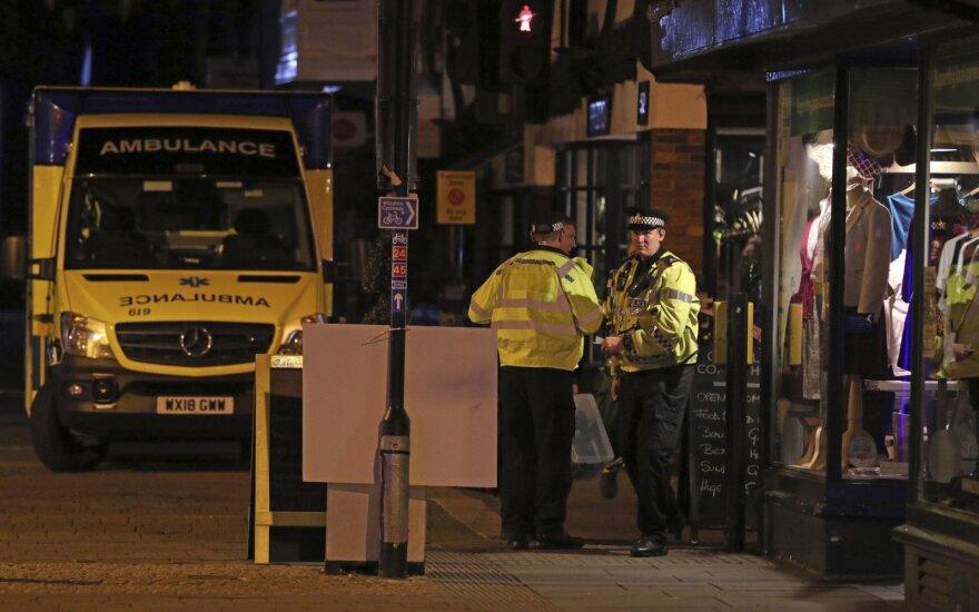 Нападение в излюбленном литовцами городе Великобритании: группа подростков ранила 7 полицейских мачете