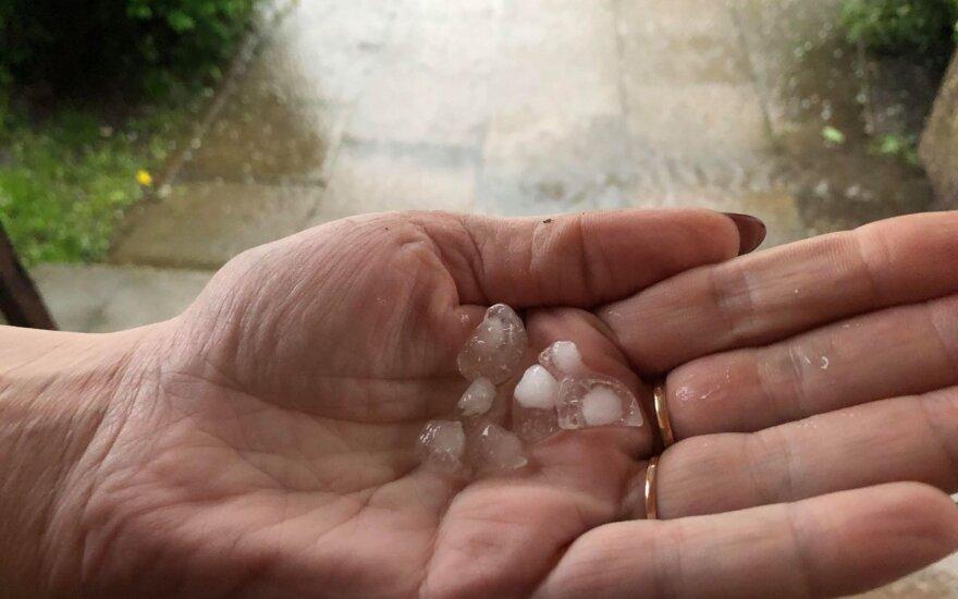 В Клайпеде начало сезона омрачил дождь и град