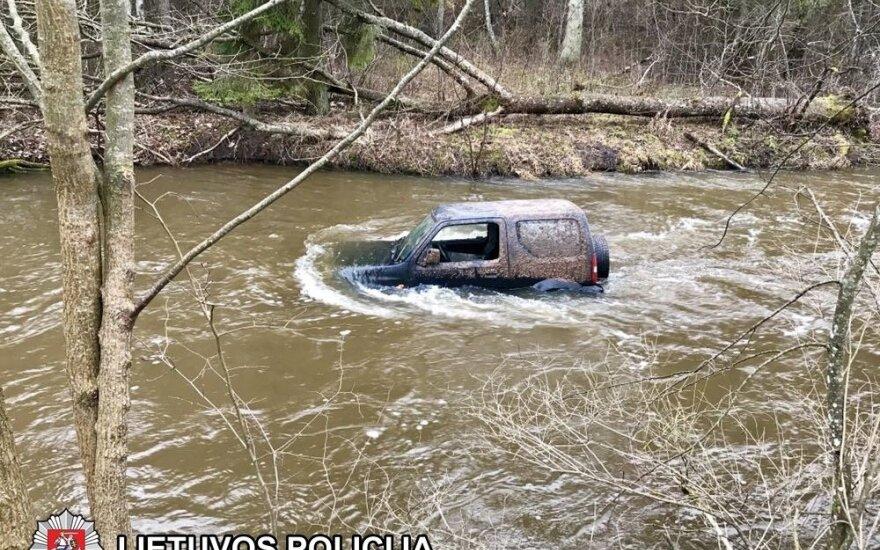 Поездка пьяных мужчин закончилась в реке