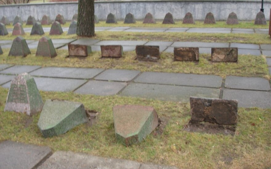 В Паневежисе осквернены могилы советских военных