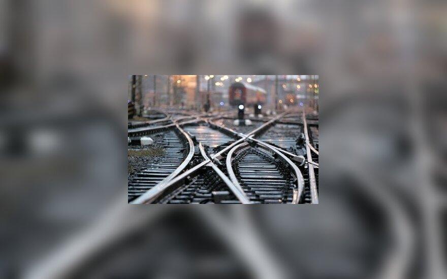 В Паневежисе с пешеходного моста на рельсы прыгнул человек