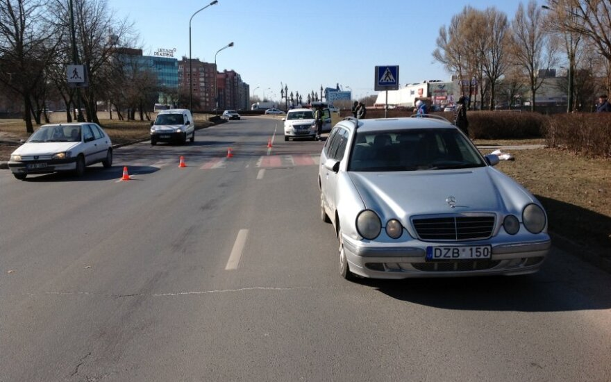 В Клайпеде Mercedes на переходе сбил мужчину