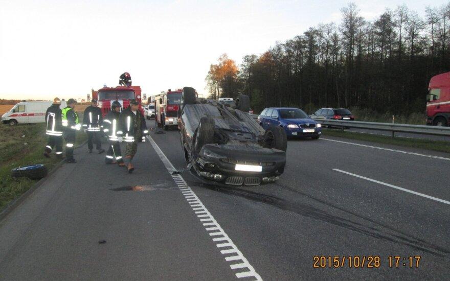 На автостраде автомобиль перевернулся на крышу
