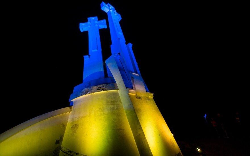 Ратушу и гору Трех крестов в Вильнюсе осветили цветами украинского флага