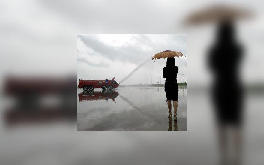 Darbuotoja stebi, kaip ruošiamasi atidaryti naują oro uostą Guangžu mieste Kinijoje