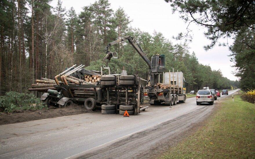На Неменчинском шоссе перевернулся лесовоз, движение осложнено