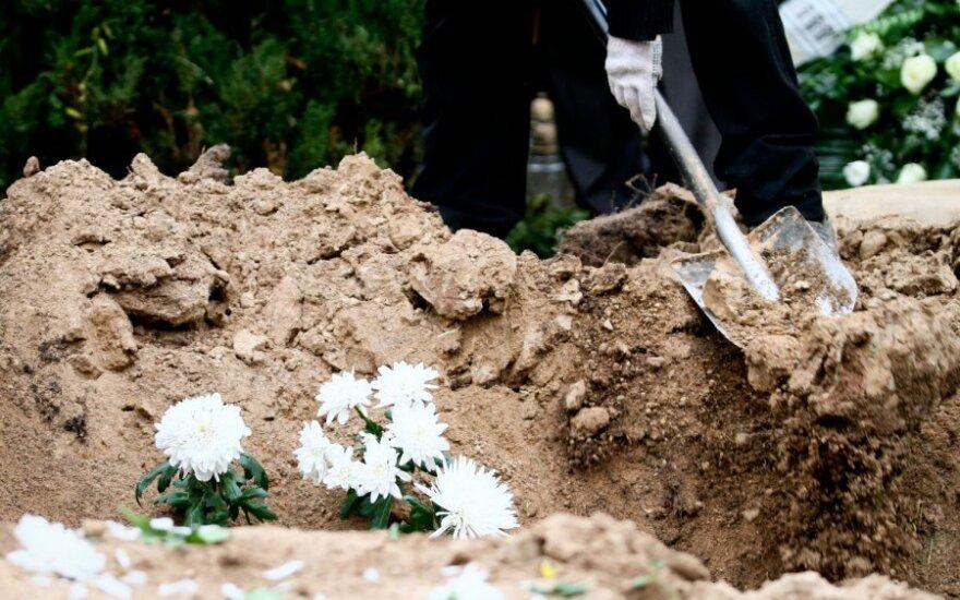 В Каунасе восстали могильщики