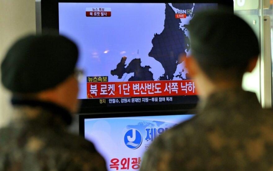 Pietų korėjiečiai stebi Šiaurės Korėjos raketos paleidimą