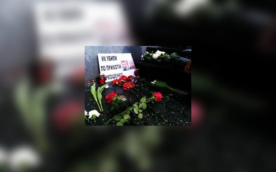 Москвичи возложили цветы к посольству Беларуси