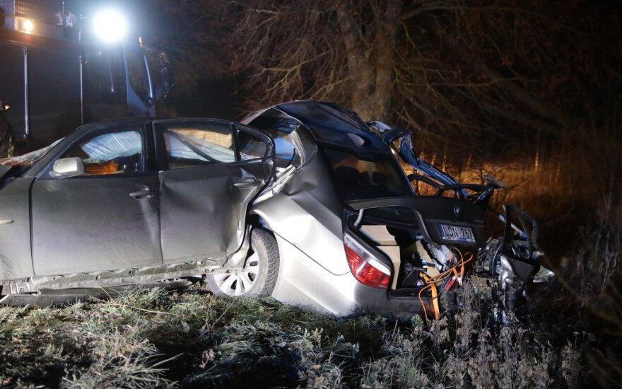 На окраине Вильнюса BMW развалился на две части: 19-летний пассажир скончался