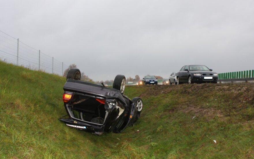 На дороге Каунас-Вильнюс после ДТП автомобиль оказался в канаве