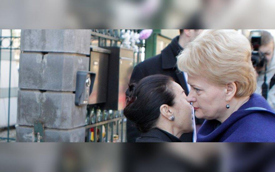 Президент оставила запись в книге соболезнований в посольстве Японии